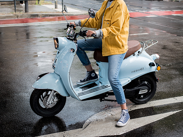 minimoto. E-Kolibri on wet street