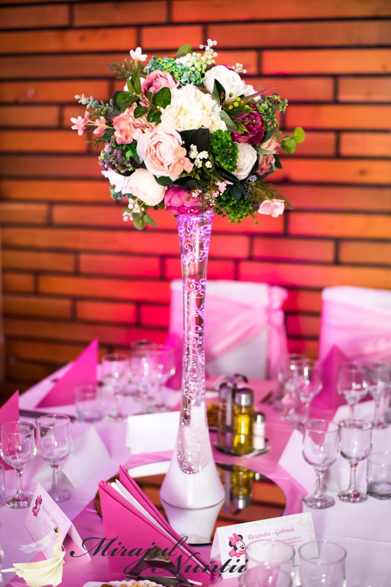 Vaze pictate cu aranjamente florale artificiale