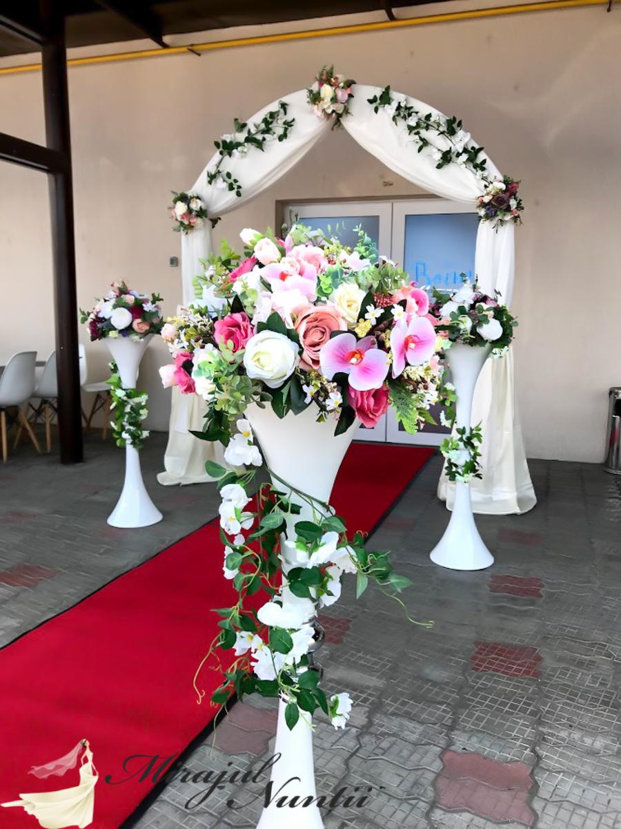 arcada, stalpisori cu flori
