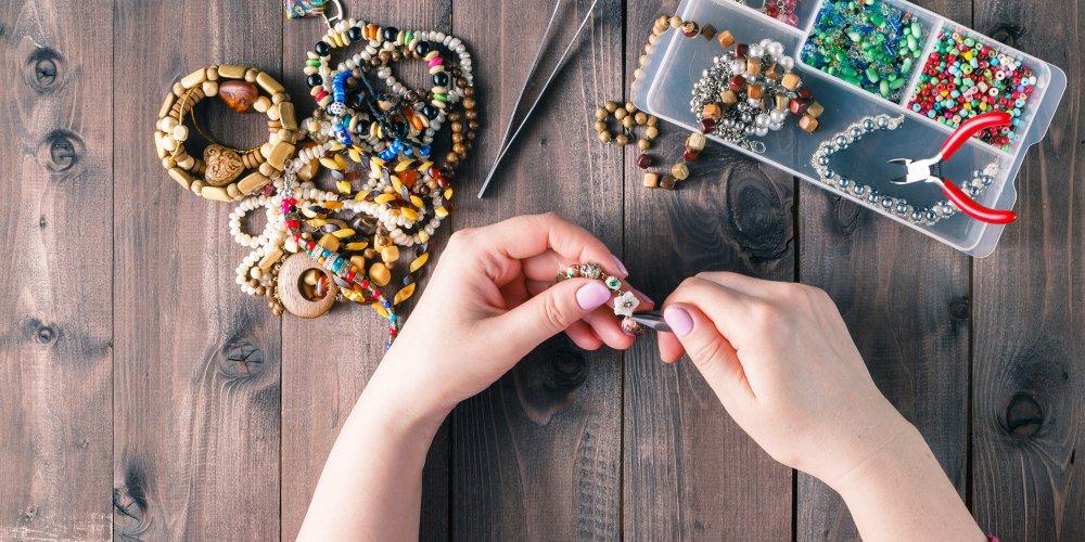 Femme qui confectionne des bijoux spirituels