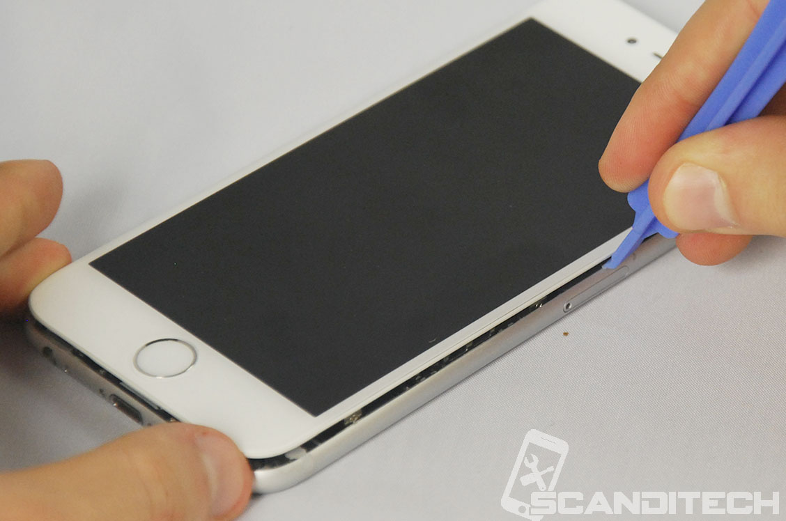 iPhone 6/6+ battery replacement guide - Prying the screen - 5