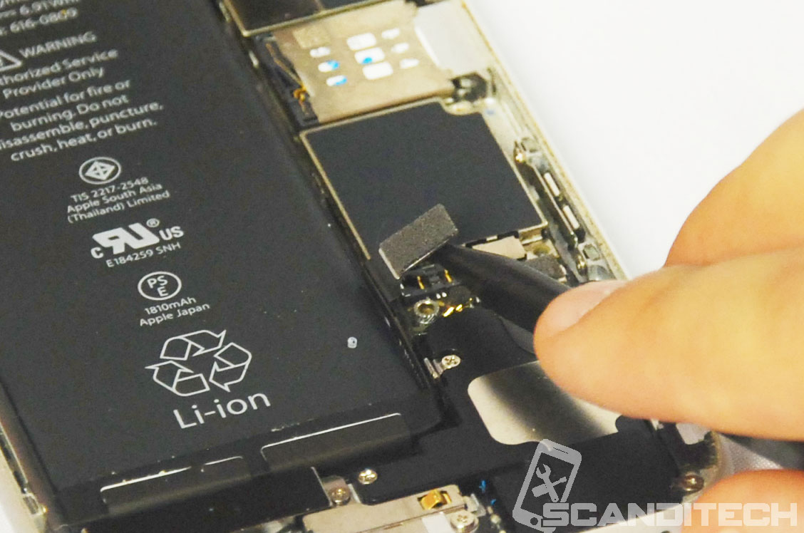 iPhone 6/6+ battery replacement guide - Disconnecting battery connector - 2