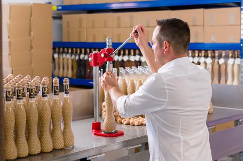 Verschließen der Likör-Flaschen Verschlussmaschine Likörmanufaktur Bodensee Holzstopfen