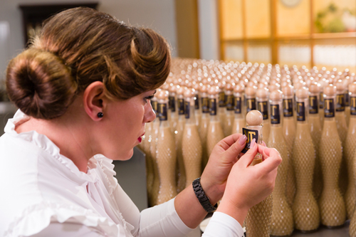 Etikettieren der Likör-Flaschen Likörproduktion