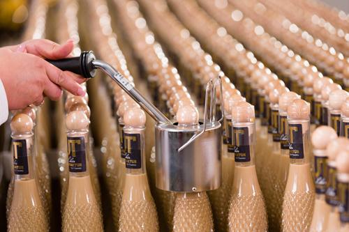 Versiegeln der Likör-Flaschen Likörproduktion