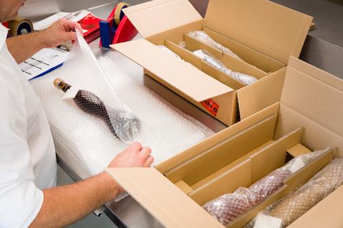 Behutsames Verpacken der Liköre Likörflaschen Versand Likörmanufaktur Bodensee