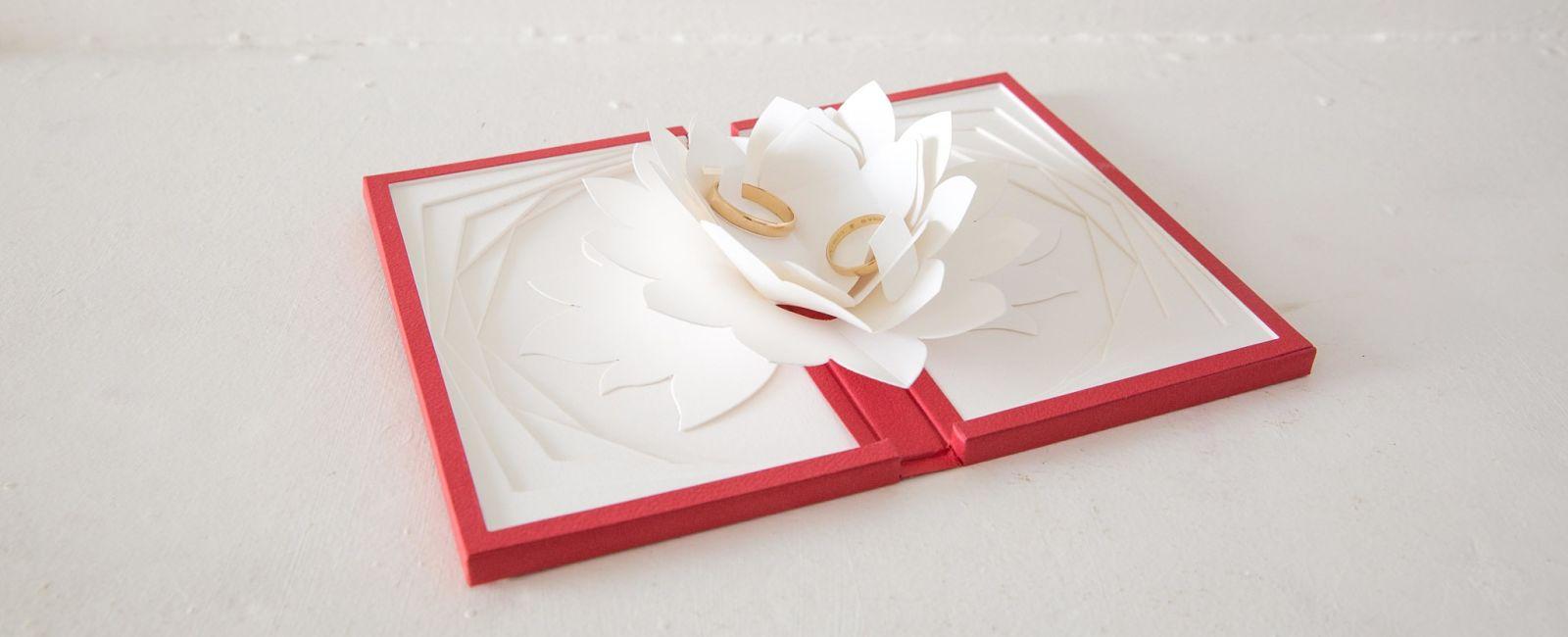 Ecrin niroji original pour alliance fait en origami.