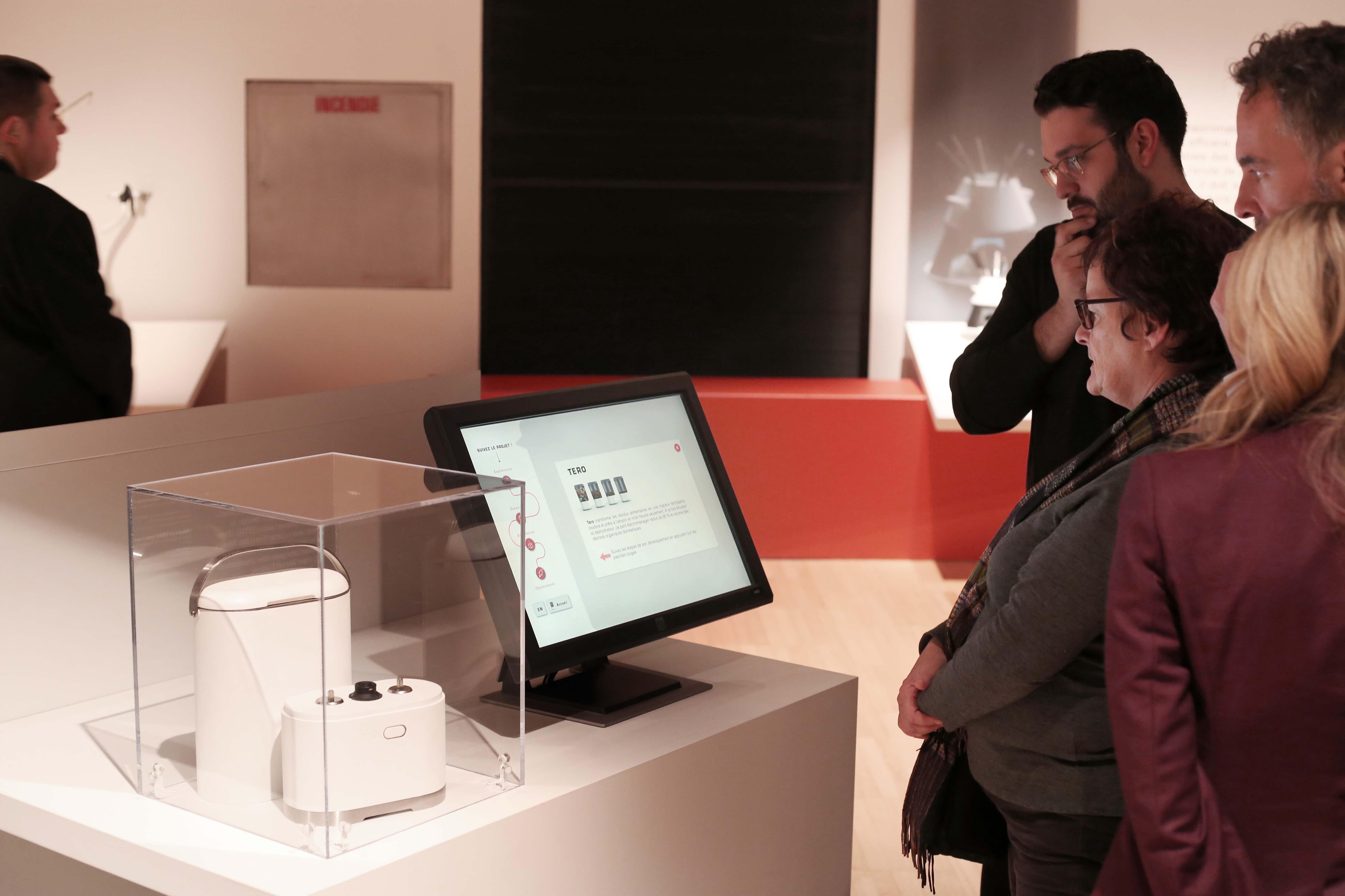 Visiteurs qui regardent l'exposition de Tero au Musée de la civilisation de Québec