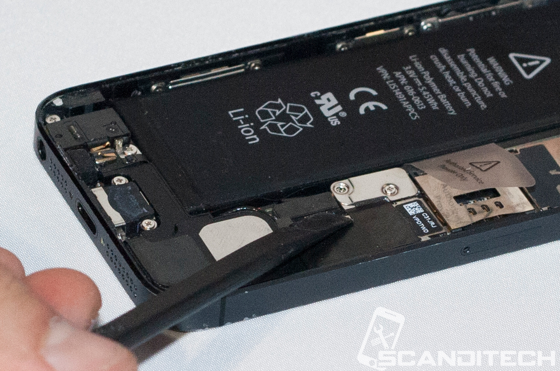 iPhone 5 battery replacement guide - Disconnecting the battery connector.