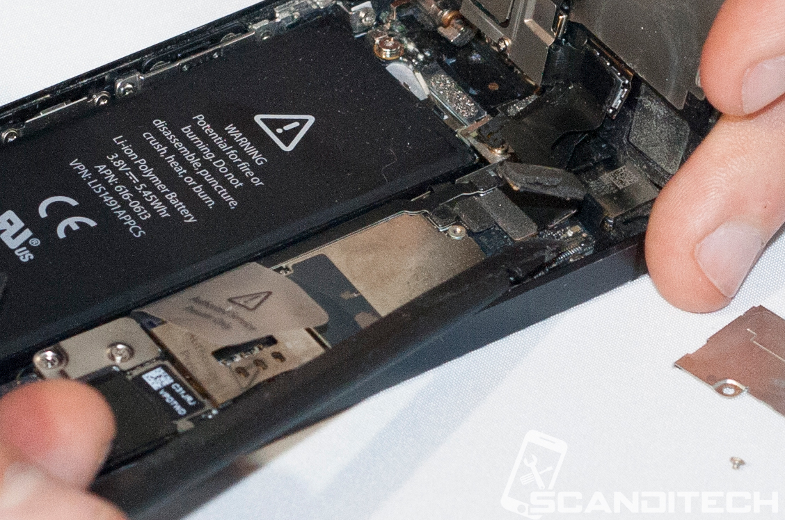 iPhone 5 battery replacement guide - Disconnecting the screen cables.
