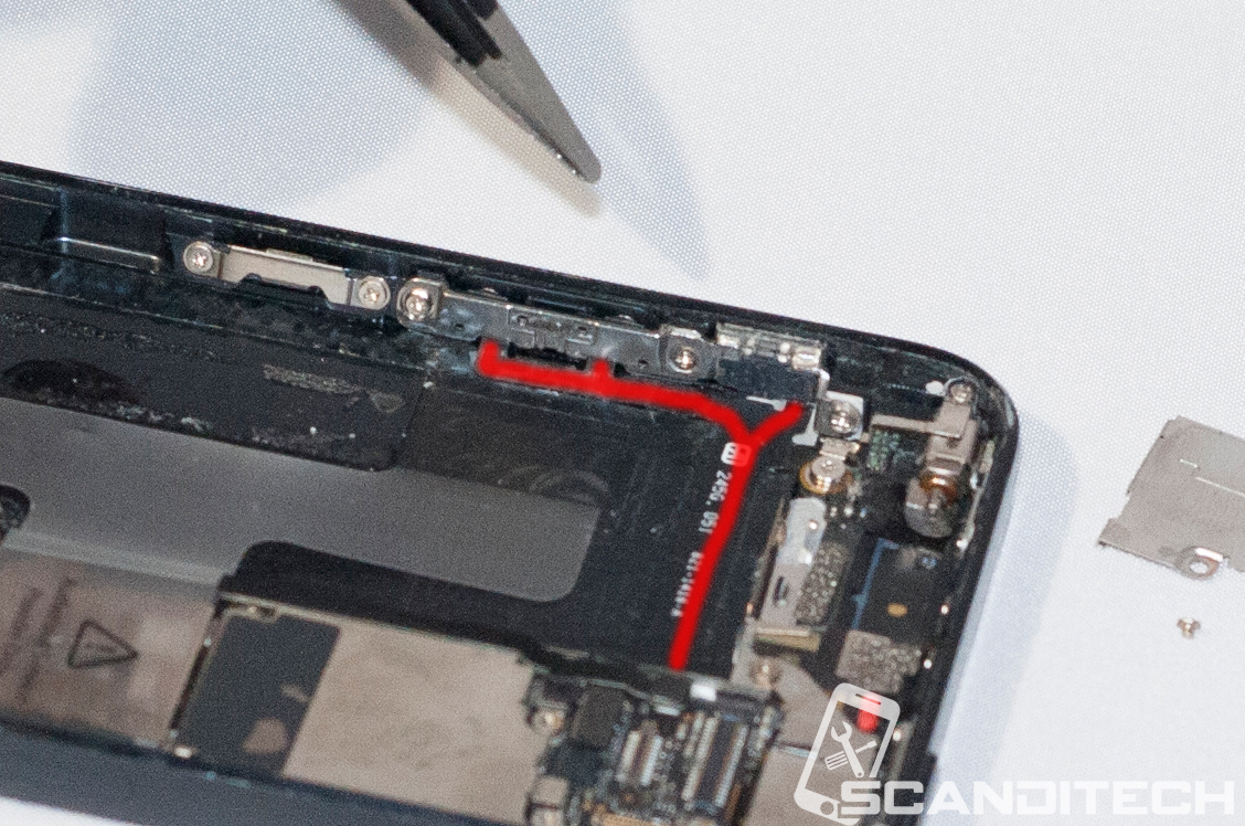 iPhone 5 battery replacement guide - Prying the battery out.